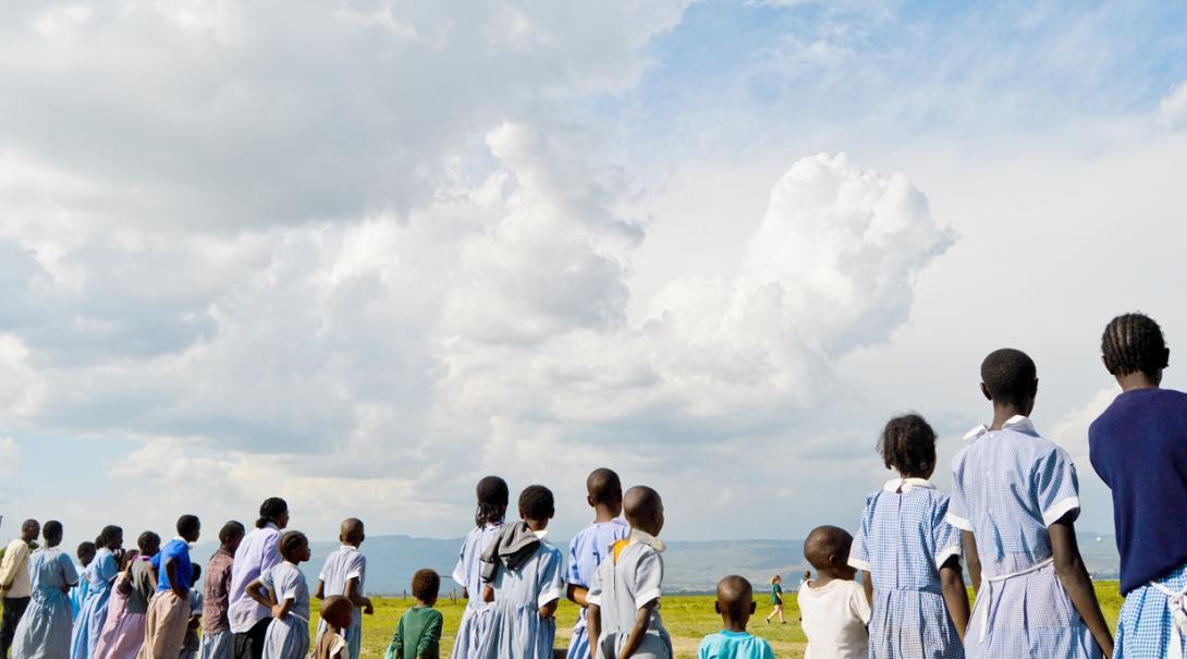 青空の下で課外活動に取り組むケニアの生徒たち